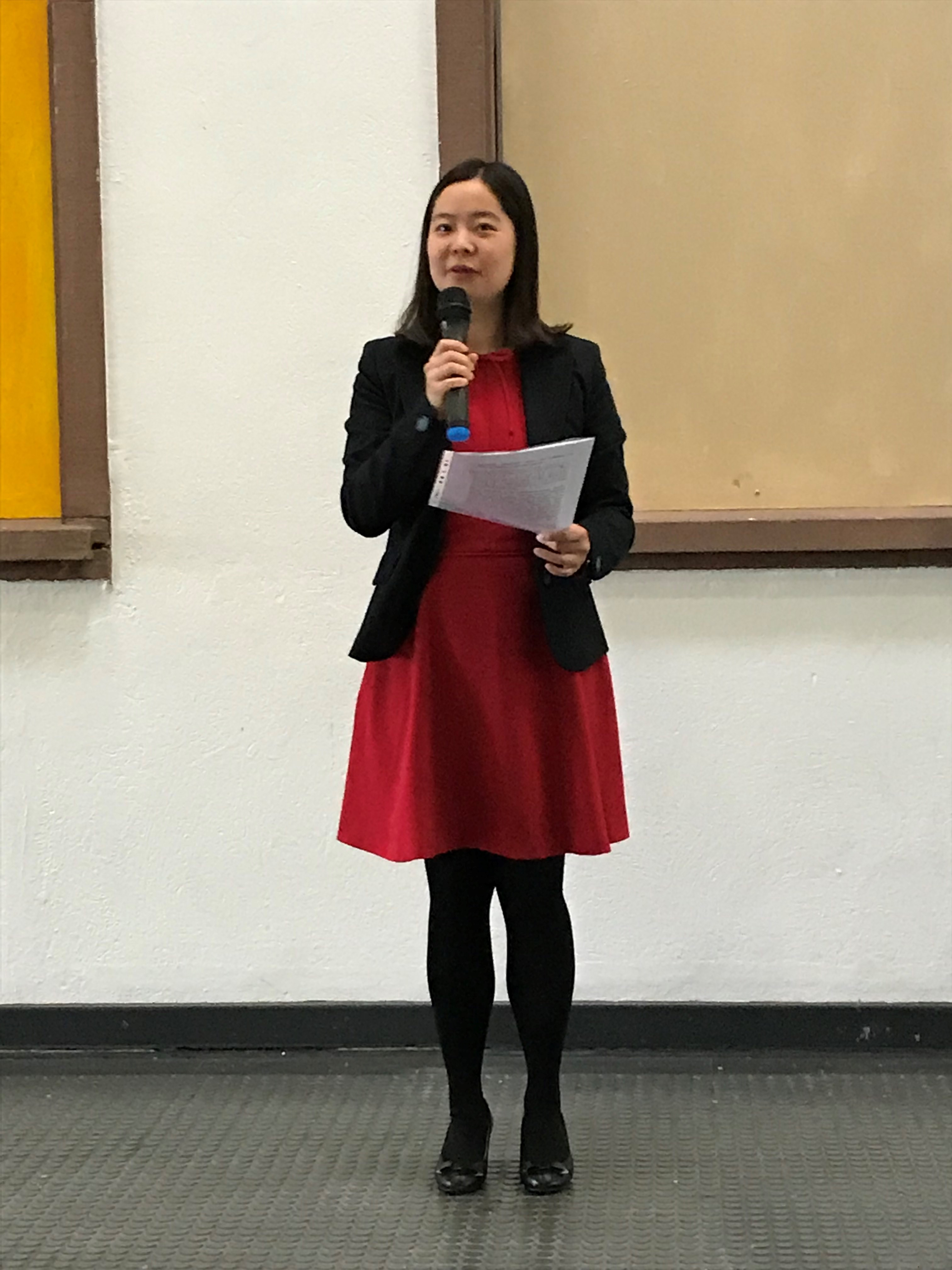 Die Grüße von Generalkonsul SUN überbringt Frau Konsulin LIU Yuanyuan