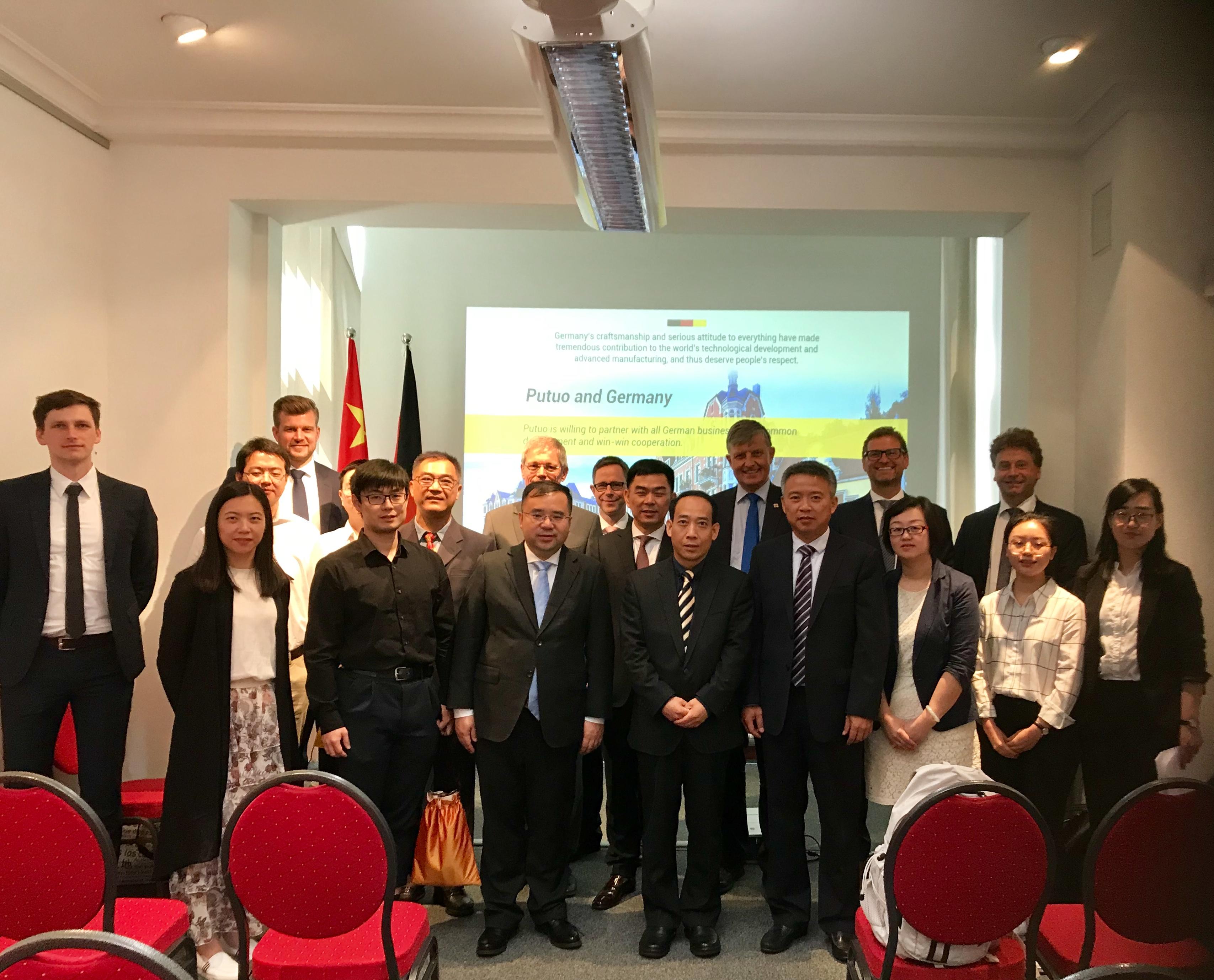 Putuo-Delegation in Frankfurt, 10.v.l. Direktor WANG Hongxing