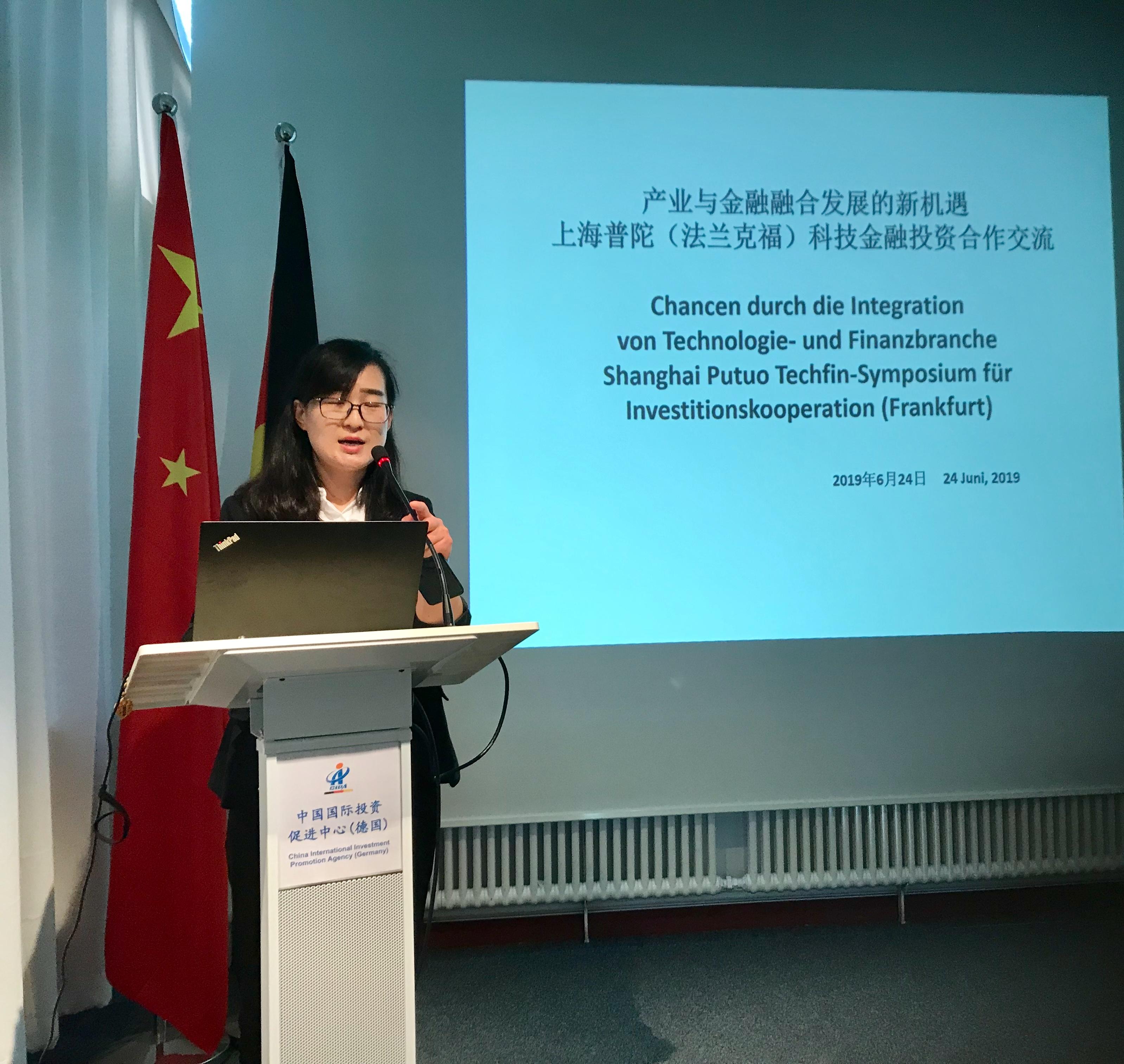 Moderatorin QU Yinyu führte durch die Präsentation