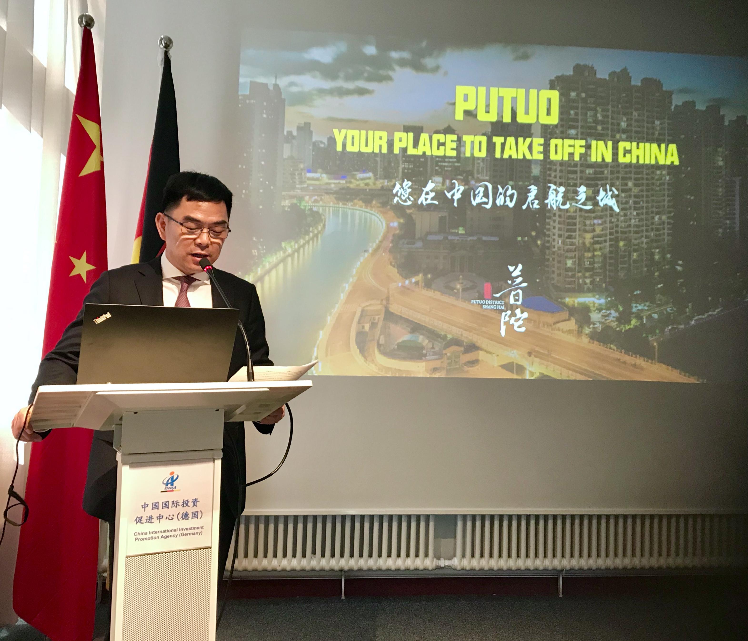 Direktor WANG Hongxing wirbt für das attraktive Geschäftsumfeld von Putuo