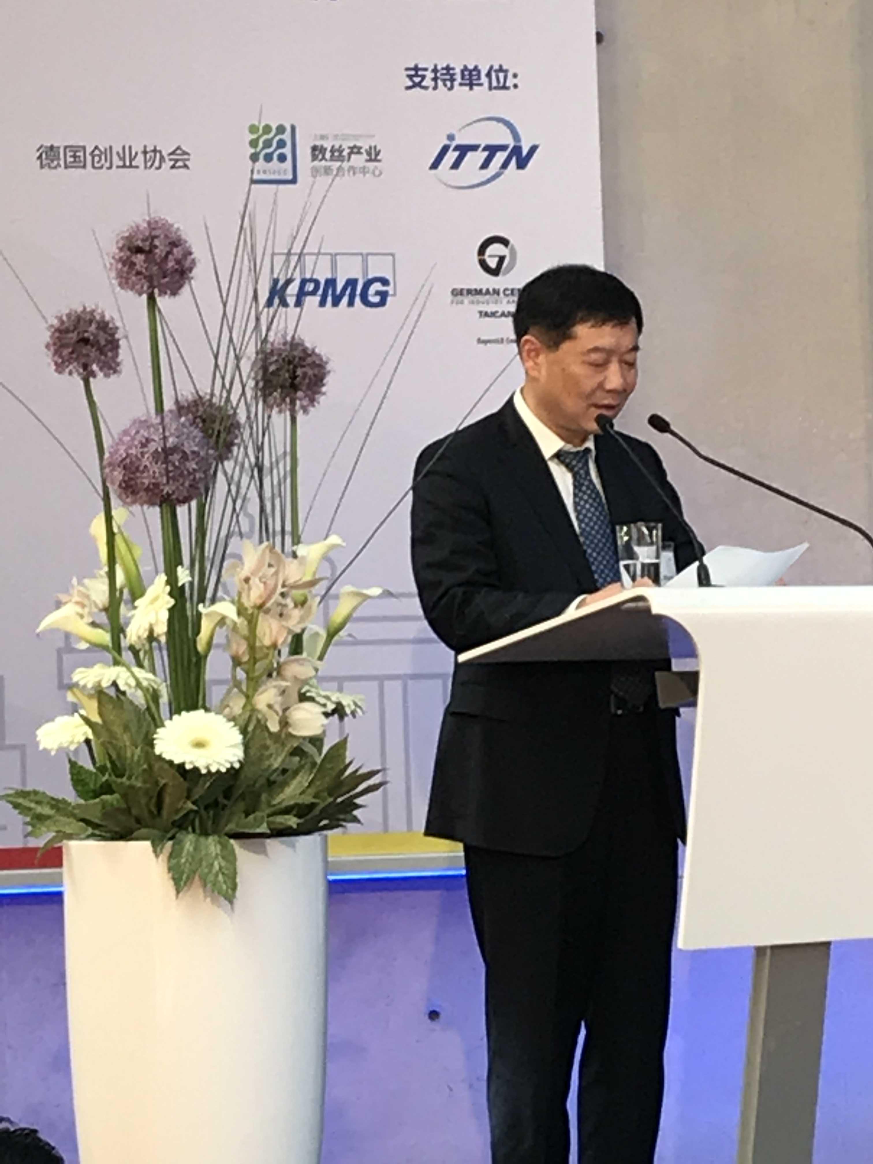 Parteisekretär WANG Hongxing erläutert die Standortvorteile Taicangs