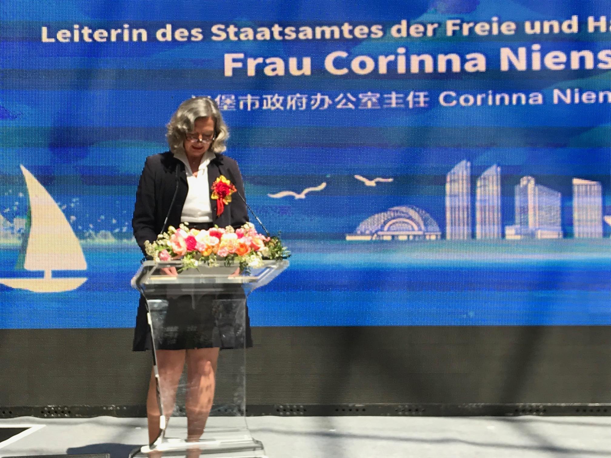 Die Leiterin des Staatsamtes, Corinna Nienstedt, betont die großen Gemeinsamkeiten zwischen Hamburg und Qingdao