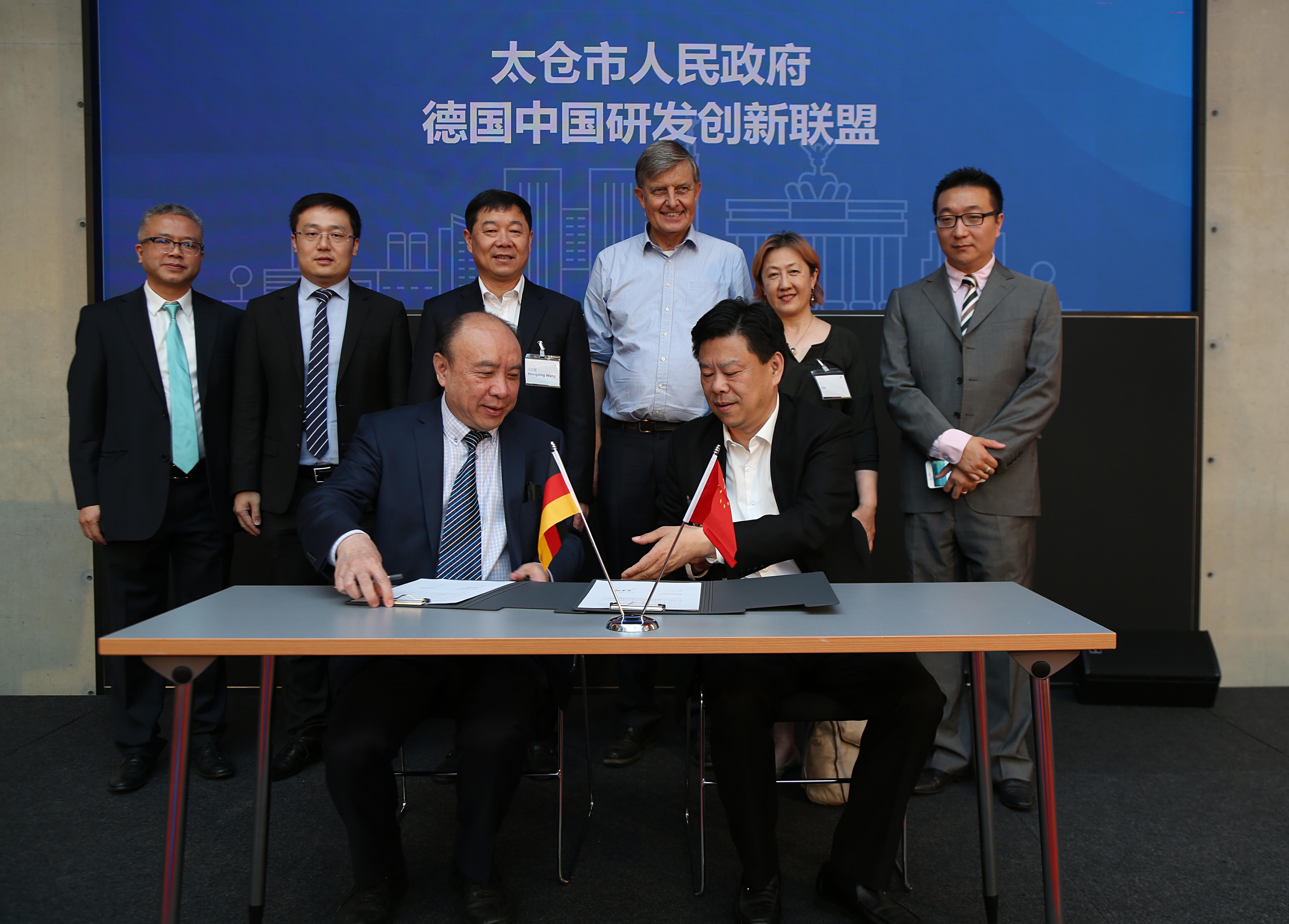 CFEID-Präsident LEI Xianzhang (vorne links) erläutert OB WANG Jianguo (rechts) die Vorhaben seiner Organisation im Innovationsbereich