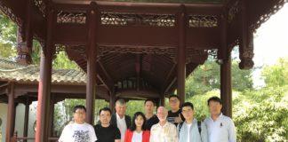 Vor dem China-Pavillon, u.a. vorne Mitte Moderatorin LIANG Hanxue sowie rechts von ihr Bauleiter Franz-Josef Lüttig, Moderator XIAO Xin sowie Direktor CHEN Wensong
