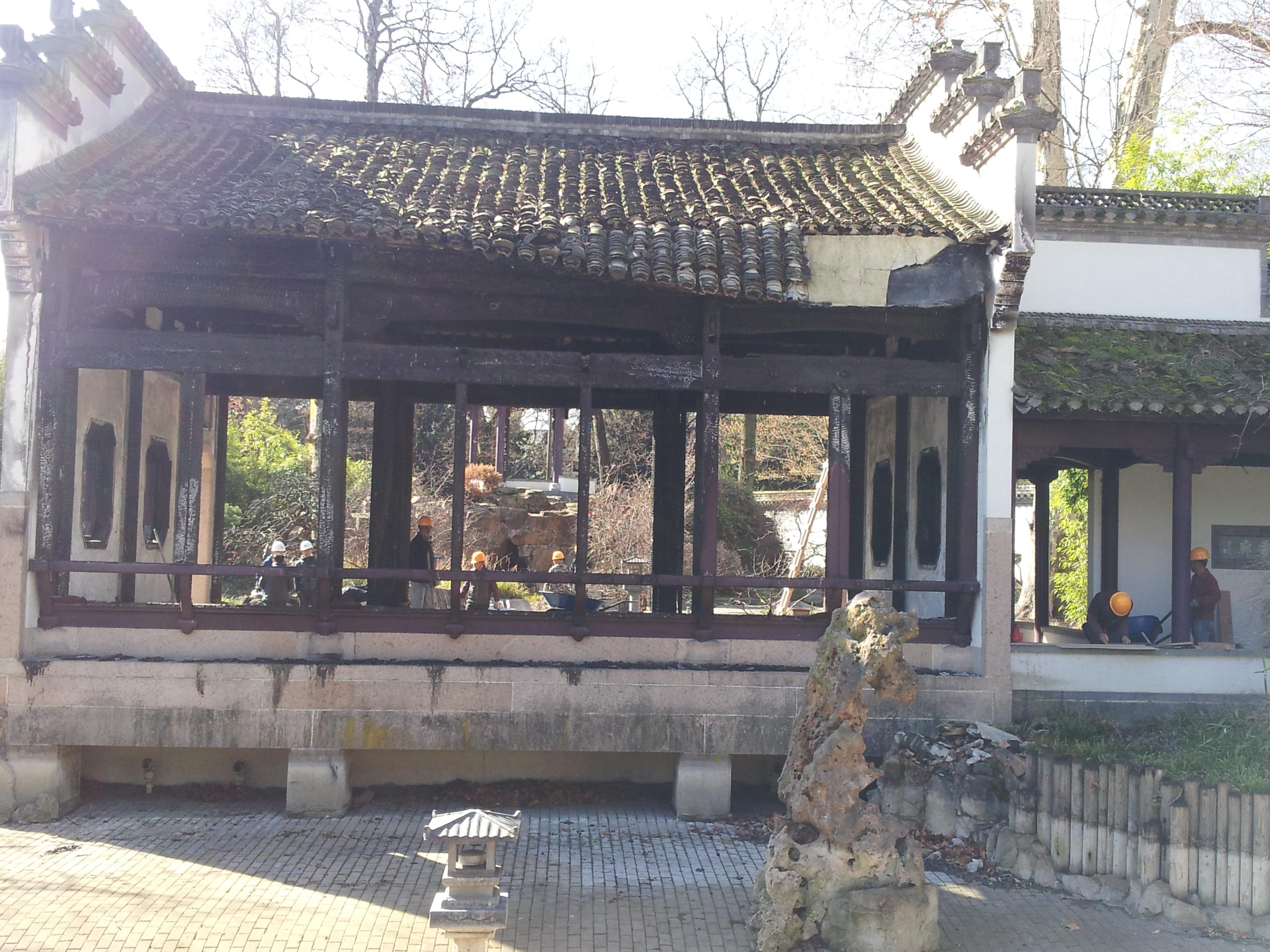 Chinesische Arbeiter beim Wiederaufbau des abgebrannten Pavillons (Foto: © Stadt Frankfurt am Main – Grünflächenamt)