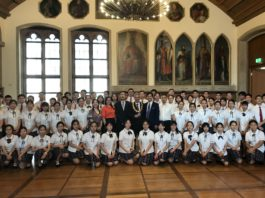 Gruppenfoto im Kaisersaal, Mitte mit roter Bluse Frau WU Weiwei, rechts daneben Konsul XIU Chunmin, OB Peter Feldmann und Stv. Schulleiter CHEN Haojie