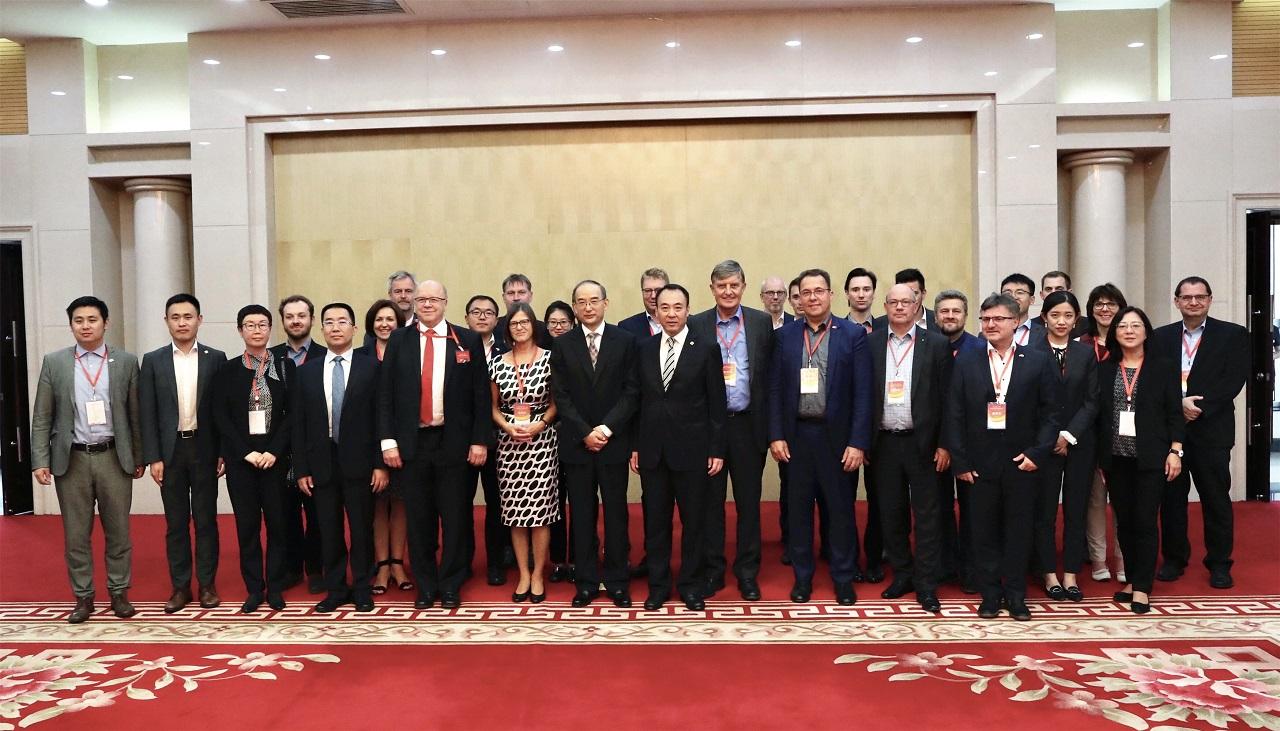 Die Besucherdelegation bei Vize-Gouverneur Huang (Quelle: Ouzhou Shibao)