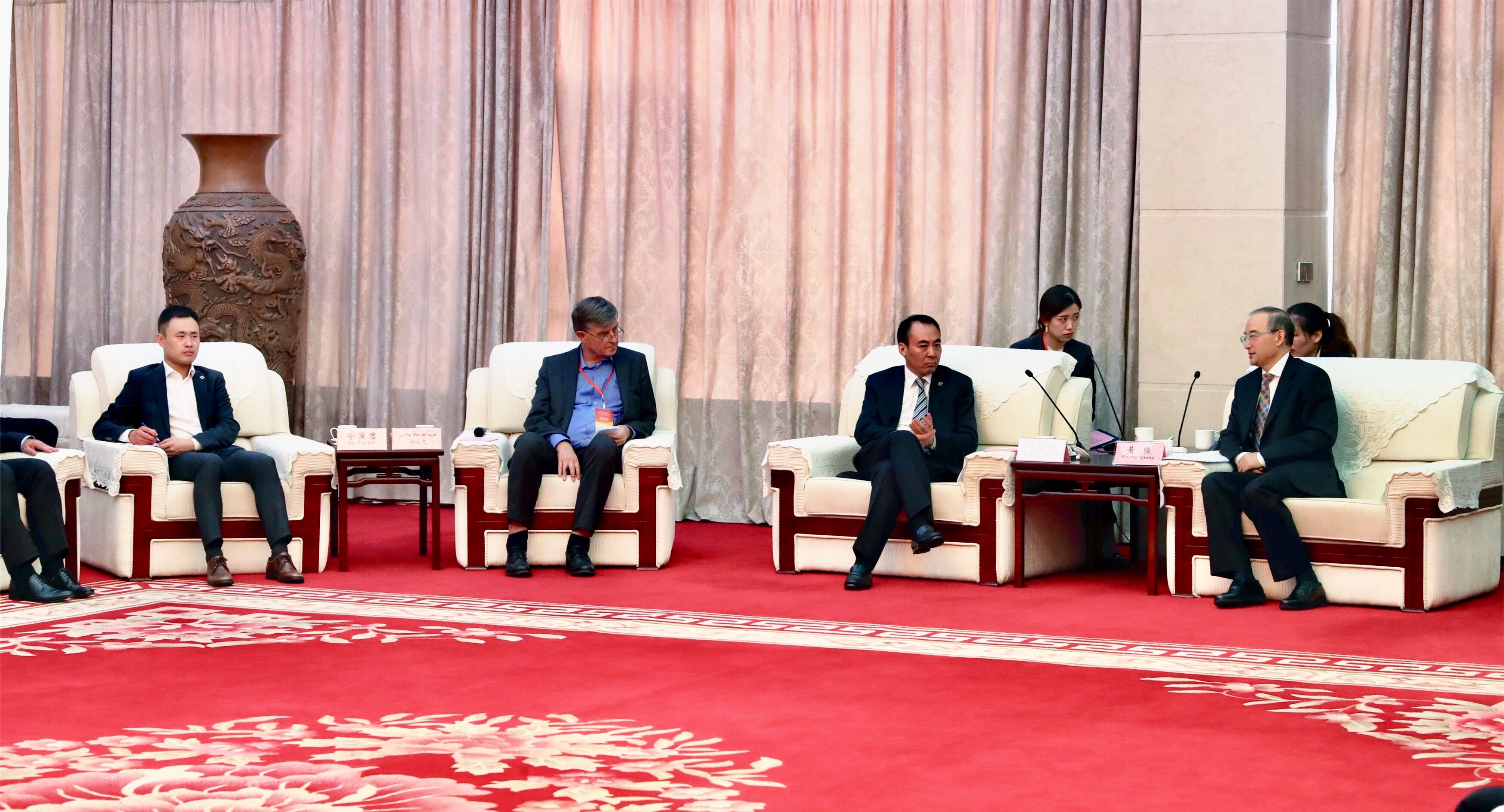 Empfang durch Vize-Gouverneur HUANG Qiang (rechts), links daneben CIPA-Direktor LIU Dianxun (Quelle: Ouzhou Shibao)