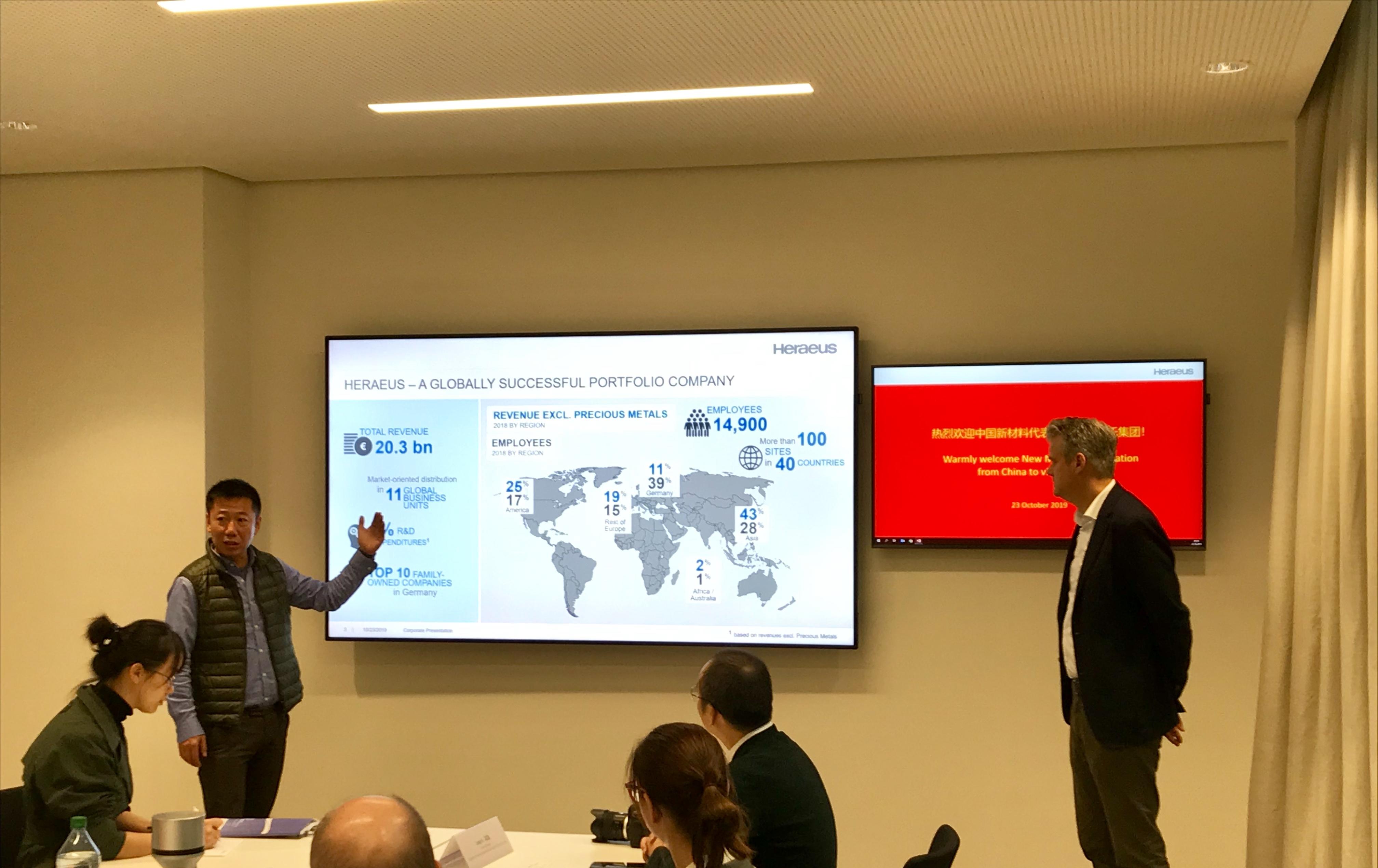 VP Tore Prang (rechts, links der Übersetzer) erläutert das Unternehmensspektrum und speziell die Chinakontakte