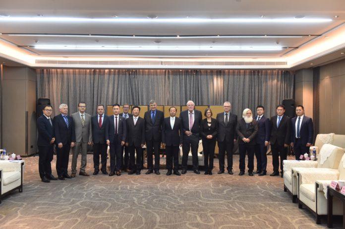 Die Delegation beim Empfang durch Parteisekretär MA Bo (Mitte)