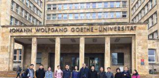 Die chinesischen Staatsanwälte am Eingang der Frankfurter Universität